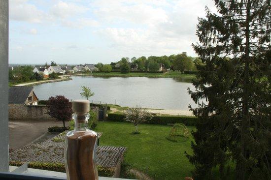 Le Pertre, Francia: Vue d'une des chambres sur le lac derrière la maison