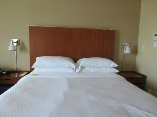 Four Points by Sheraton & Conference Centre Gatineau-Ottawa: King Bed