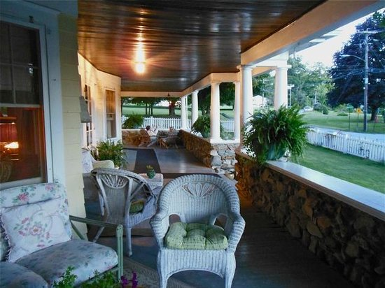 Hilltop House  Bed & Breakfast: An expansive porch where you can really unwind