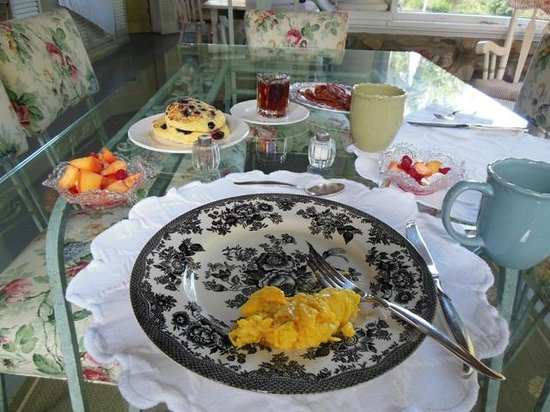 Hilltop House  Bed & Breakfast: Sandy's stellar breakfast on the porch