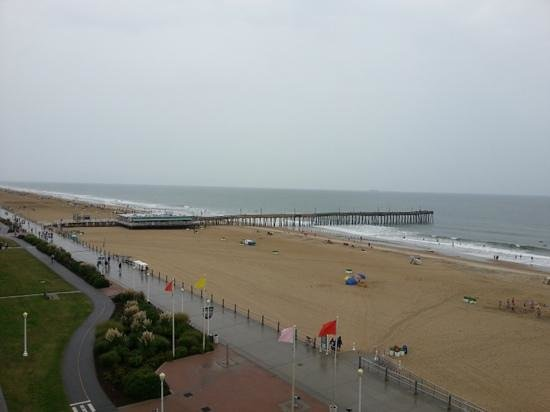 Four Points by Sheraton Virginia Beach Oceanfront: view of beach on a rainy day.