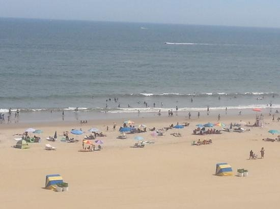 Four Points by Sheraton Virginia Beach Oceanfront: a lot of folks came out on the sunny day