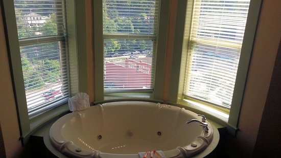 1905 Basin Park Hotel: Jacuzzi in room