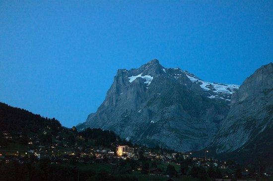 Camping Eigernordwand: 캠핑장에서 바라본 그린델발트의 야경