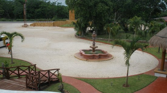 Hotel Real Mayab : Fountain near pool, restaurant and parking area