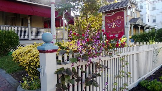 Beauclaire's Bed and Breakfast: Lovely front porch, so relaxing
