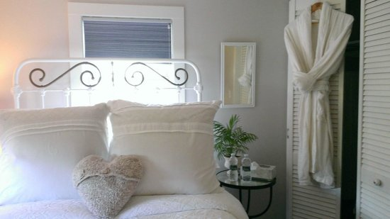 The Farmhouse Bed and Breakfast: Beach Cottage, Bedroom 1