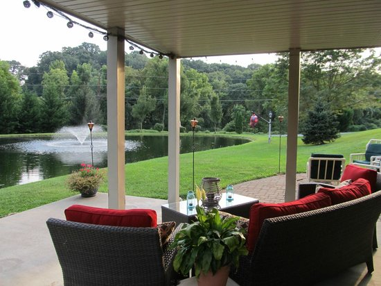 Airy View Bed and Breakfast: Relax around pond