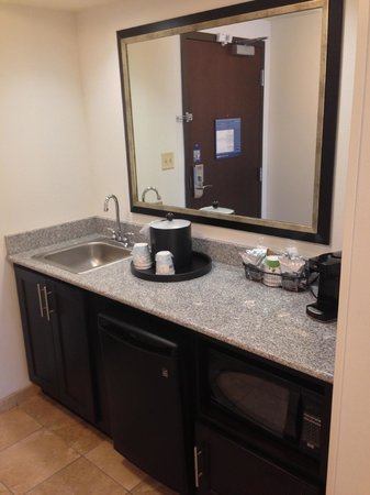 Hampton Inn and Suites Detroit/Airport-Romulus: Wet bar/Microwave