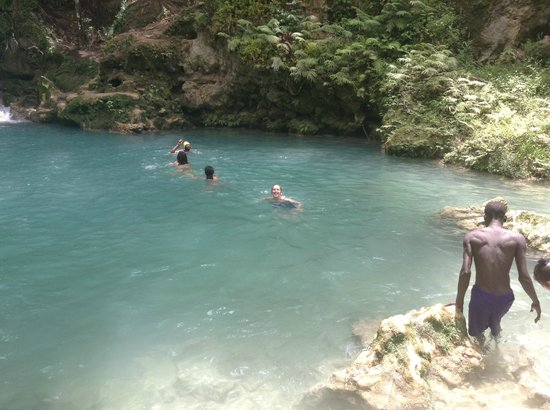 Blue Hole Mineral Spring: Swimming through one of the pools