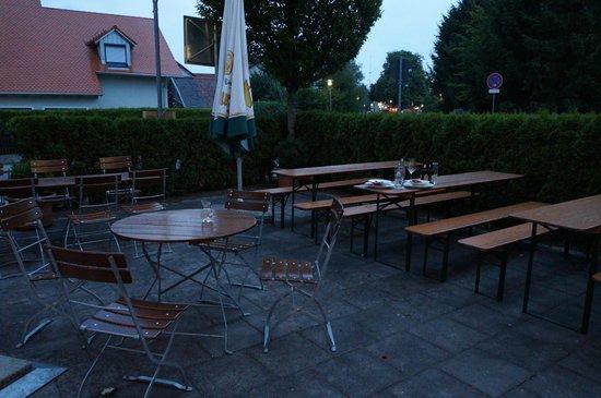 Arcadia Hotel Munchen Airport: Outdoor biergarten