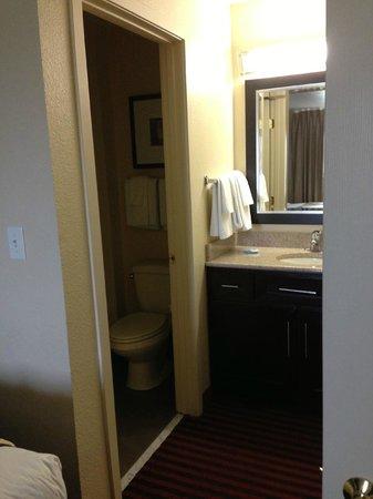 HYATT House Dallas/Las Colinas: second bathroom
