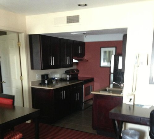 HYATT House Dallas/Las Colinas: view of kitchen from living room