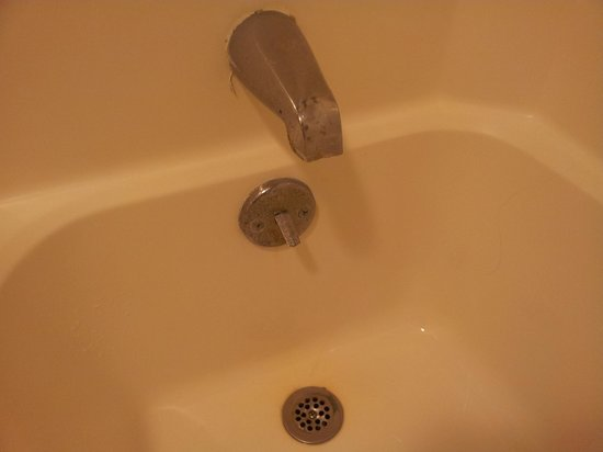 Ocean Plaza Motel: rust on/in the tub drain