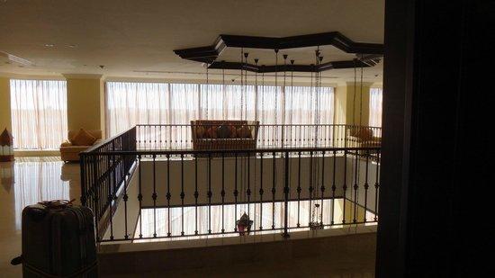 Djibouti Palace Kempinski: エレベーターホールの吹き抜け