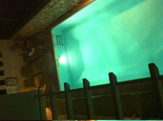 Loizos Stylish Residences: vista da piscina da nossa janela