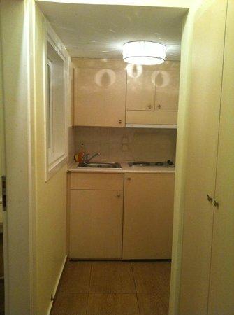 Loizos Stylish Residences: Pequena cozinha dentro do apto