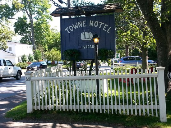 Towne Motel: Welcoming sign