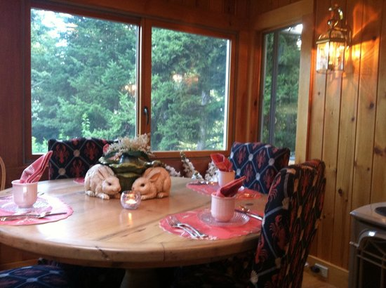Inn at Bay Ledge: One of the tables in the Dining room for breakfast