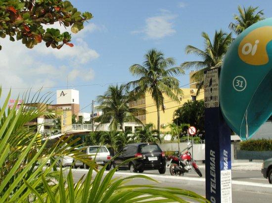 Netuanah Praia Hotel: Na frente do hotel em um quiosque hiper legal