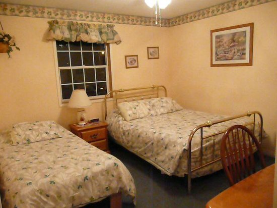 Barbara Lynn's Country Inn: Cascade Room with Queen & Twin Bad
