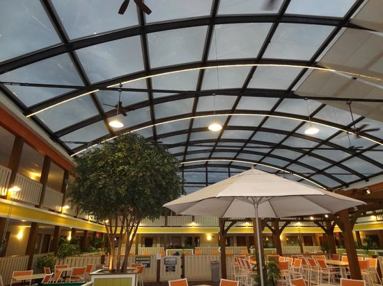 Best Western Plus Dubuque Hotel & Conference Center: Stormy above pool area