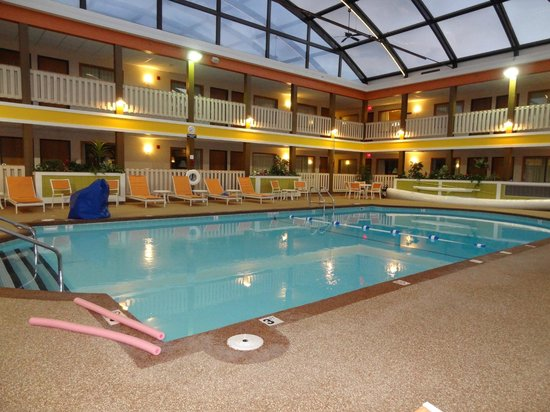 Best Western Plus Dubuque Hotel & Conference Center: 9' Pool