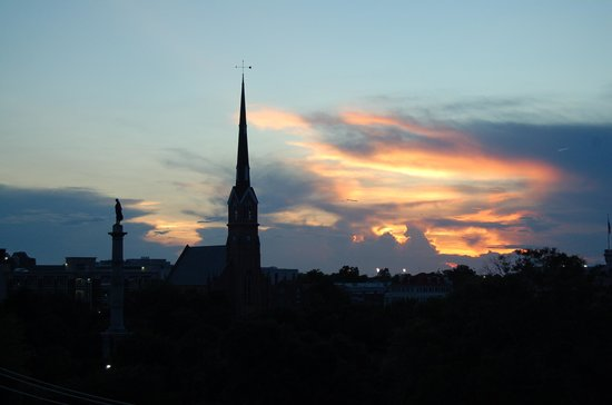 Courtyard by Marriott Charleston Historic District : Charleston skyline at night from our room