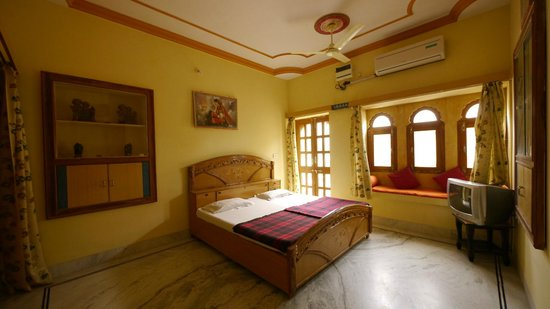 Hotel Roop Mahal: deluxe with fort view room,