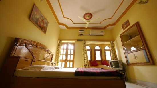 Hotel Roop Mahal: deluxe with fort view .