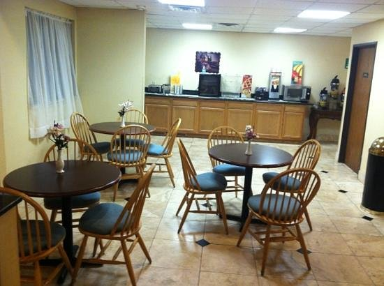 Quality Inn: breakfast lounge