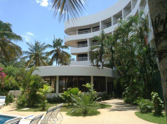 Hotel California: Vista del hotel desde la piscina