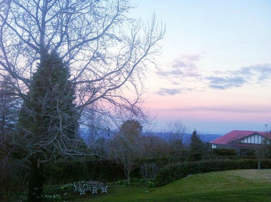 Silvermere Bed and Breakfast: Gardens at dusk in winter