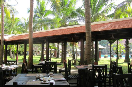 Royal Angkor Resort & Spa: Outdoor breakfast area