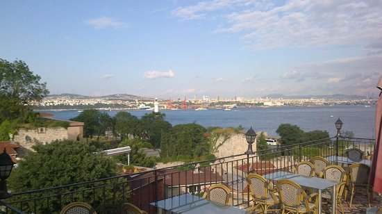 Hotel Alp Guesthouse: View of the Bosphorus from the terrace