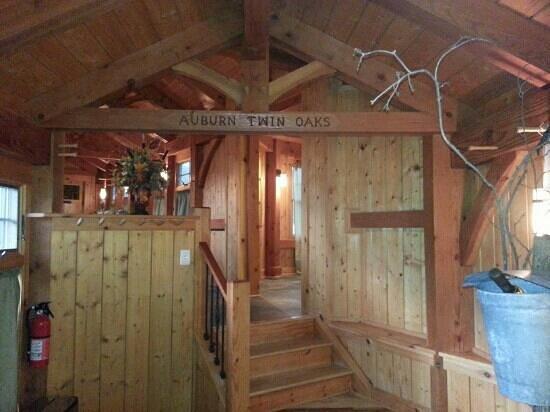 Auburn Twin Oaks Winery: Beautiful pine wood