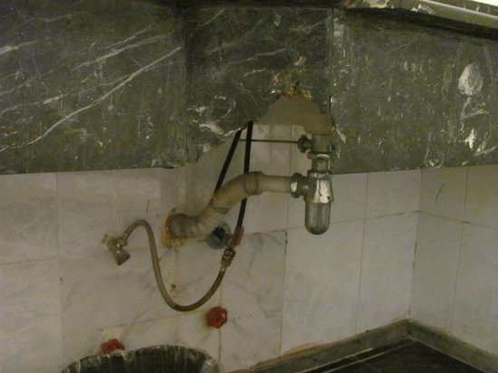 Golden 5 Diamond Resort: Отгрызенный кусок раковины и трубы