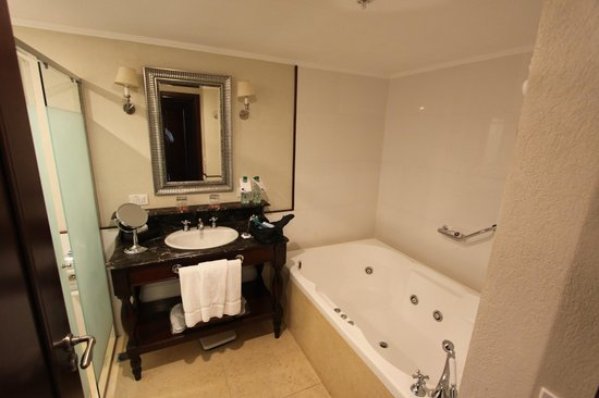 Sheraton Colonia Golf & Spa Resort: The bathroom, not pictured separate shower, toilet and bidet