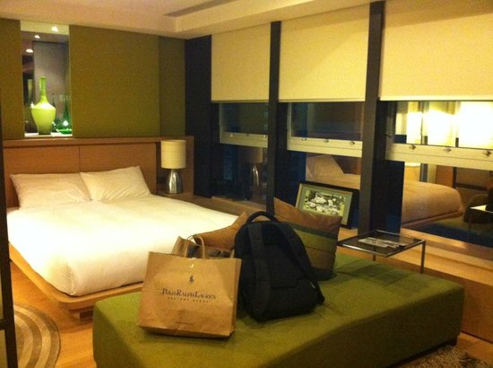 Yin Serviced Apartments: Bed and city view