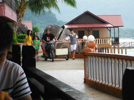 Panuba Inn Resort: noisy motorbike