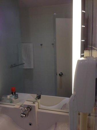 Novotel Paris Rueil Malmaison : separate shower area
