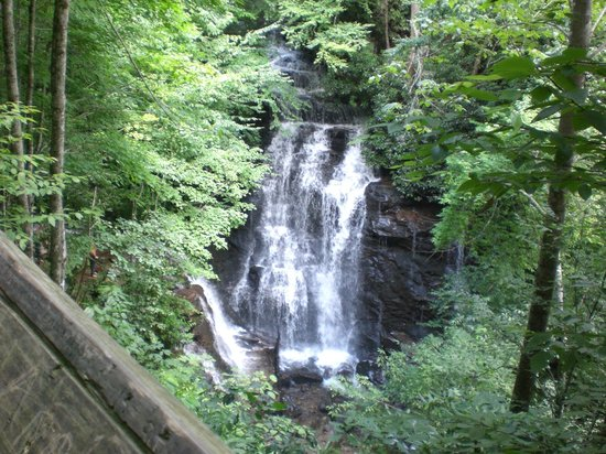 Smoky View Cottages & RV Resort: Socco Falls
