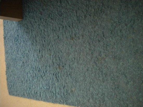 Hotel Boutique Isla de Tabarca: alfombras sucias