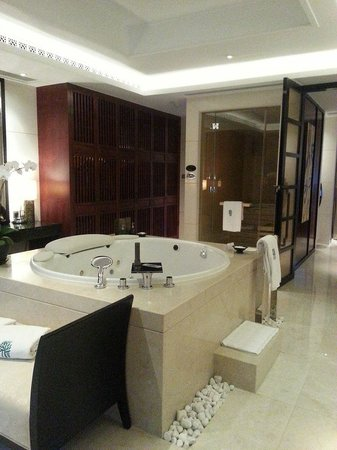 Banyan Tree Macau: master bathroom 2