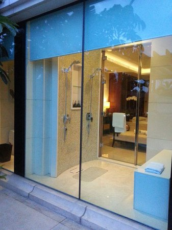 Banyan Tree Macau: garden view of 1 of the showers!