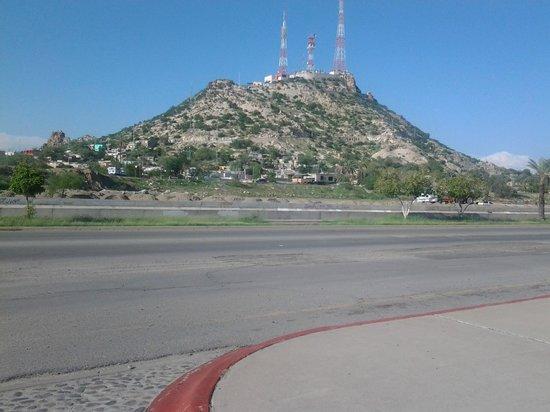 Hotel Colonial: Vista del cerro de la campana desde el exterior del hotel