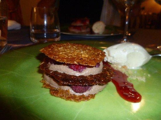 Le Saint Vincent : dessert mille feuille avec mousse chocolat framboise biscuit aux pistaches