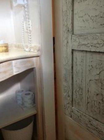 Hotel S'Astore: la porta del bagno non permette una sufficiente privacy
