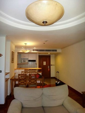 Bandara Suites Silom, Bangkok: kitchen from living room