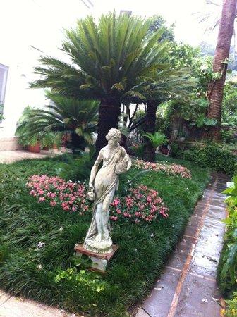 Hotel Villa Sanfelice: Uno scorcio del silenzioso ed accogliente giardino dell'hotel